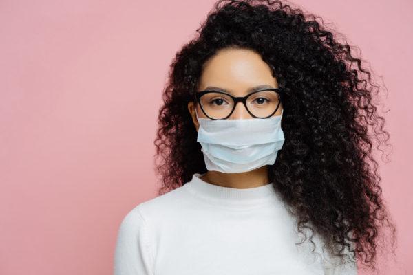 Máscara de tecido ou cirúrgica: qual protege mais?